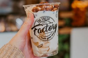 Verse yoghurt met fruit en noten.